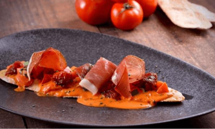 Receta de tosta de jamón serrano con gazpacho