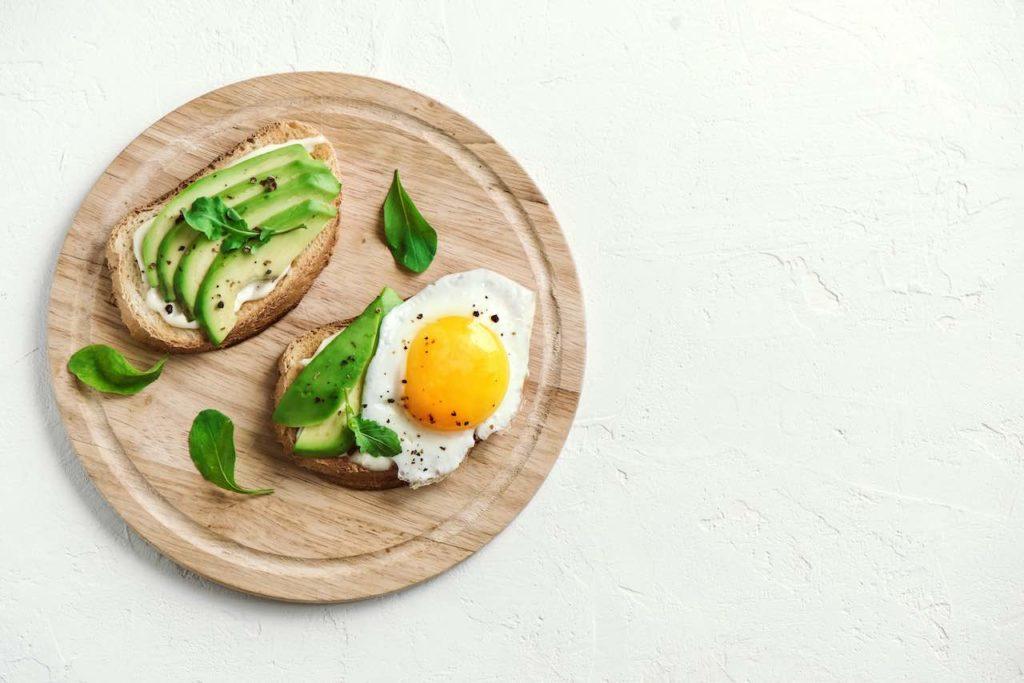 desayuno con aguacate y huevo